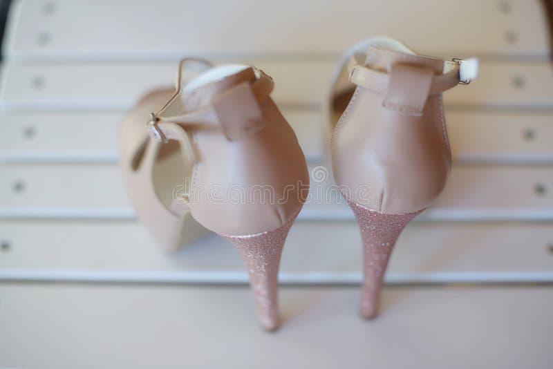 La visión desde detrás de un peep toe elegante del tacón alto bombea los zapatos, con la cerradura de la correa del tacón de aguj foto de archivo