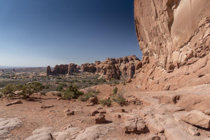 La visión desde el arco de la ventana y el cepillo del norte del desierto, arquea el parque nacional Moab Utah fotos de archivo libres de regalías