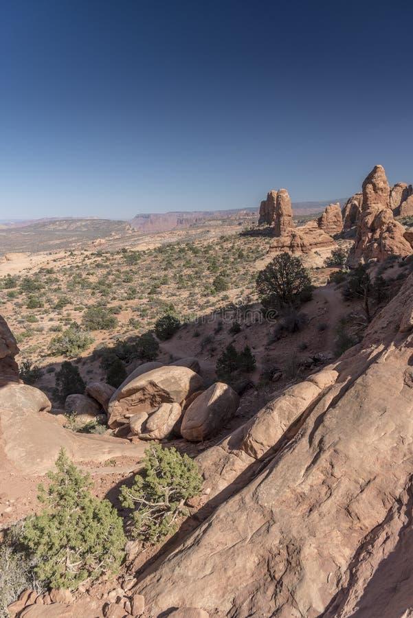 La visión desde el arco de la ventana y el cepillo del norte del desierto, arquea el parque nacional Moab Utah foto de archivo