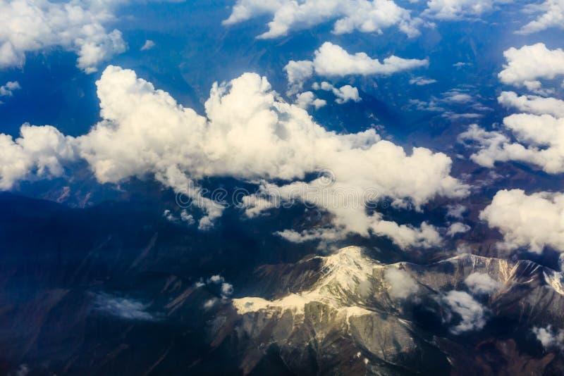 La visión desde el avión sobre la nube y el cielo imagenes de archivo
