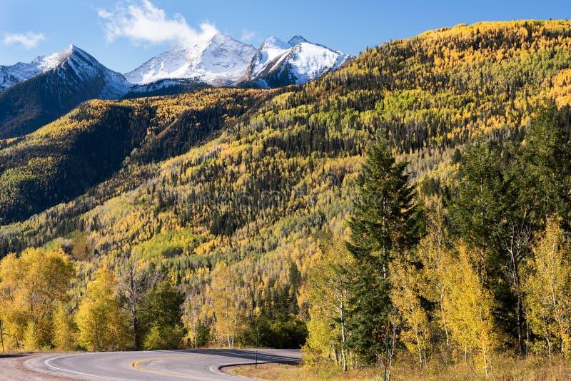 La visión desde el paso Colorado de McClure a lo largo de los alces del oeste coloca el camino apartado escénico en Colorado 133 fotografía de archivo libre de regalías