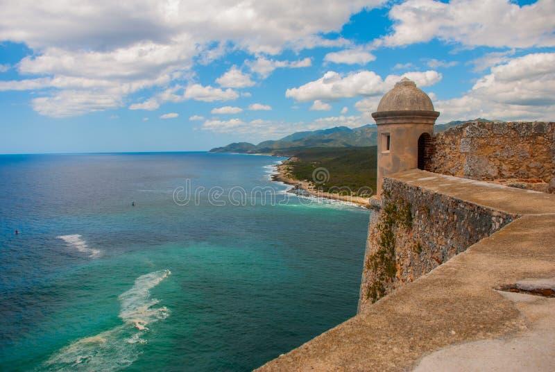 La visión desde la fortaleza del paisaje de la ciudad de Santiago de Cuba en el mar del Caribe con el fortalecimiento antiguo sit imágenes de archivo libres de regalías