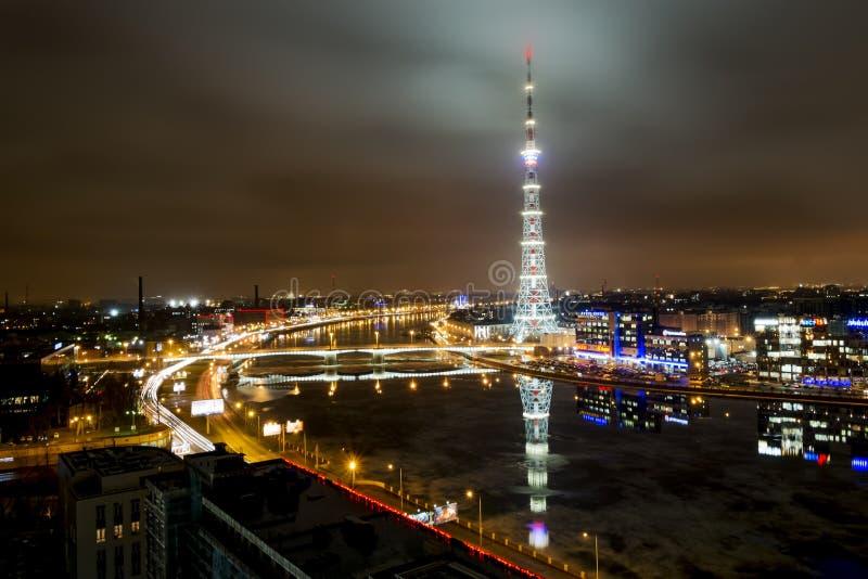 La visión desde la altura en el río de Neva y la televisión se elevan imagenes de archivo