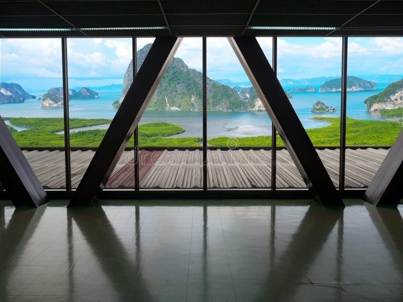 La visión desde la ventana del edificio del bosque del mangle del paisaje, la montaña y el mar con blanco del cielo azul se nubla fotografía de archivo libre de regalías