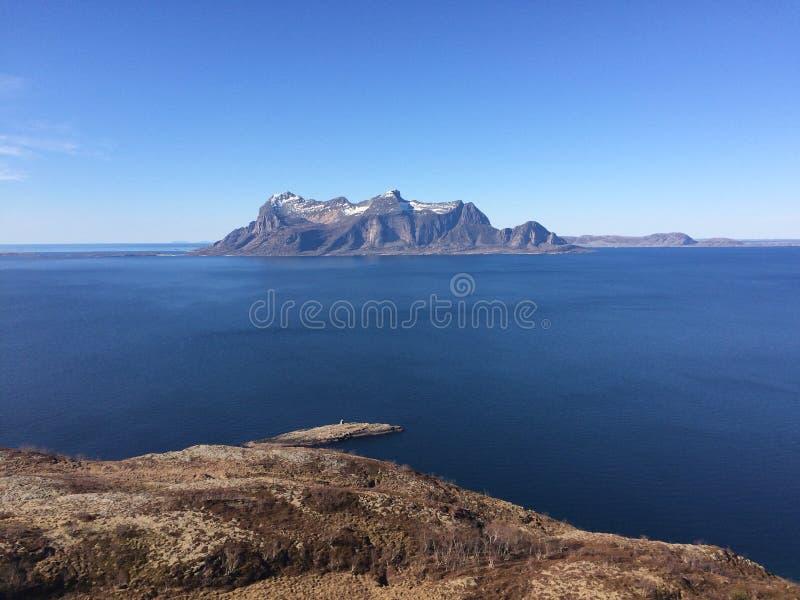 La visión desde las montañas más altas en Gildeskaal en el norte de Noruega foto de archivo
