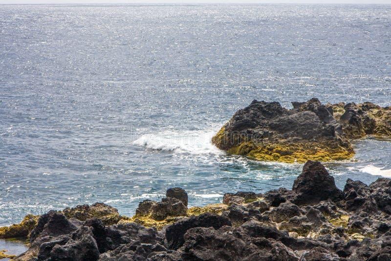 La visión desde las rocas del origen volcánico y del océano imagen de archivo