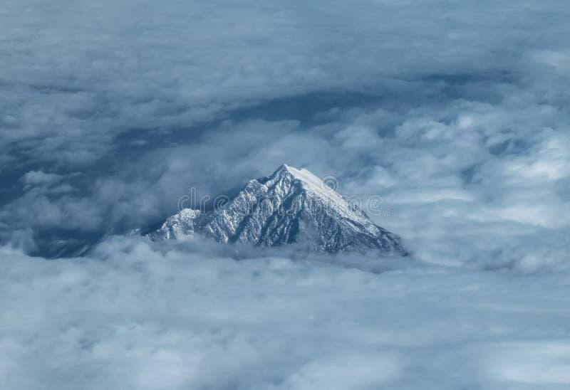 La visión desde los aviones al top del monte Olimpo en Grecia entre las nubes fotos de archivo