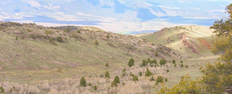 La visi?n desde la monta?a fr?a de las primaveras con marrones parquea en fondo distante imagen de archivo