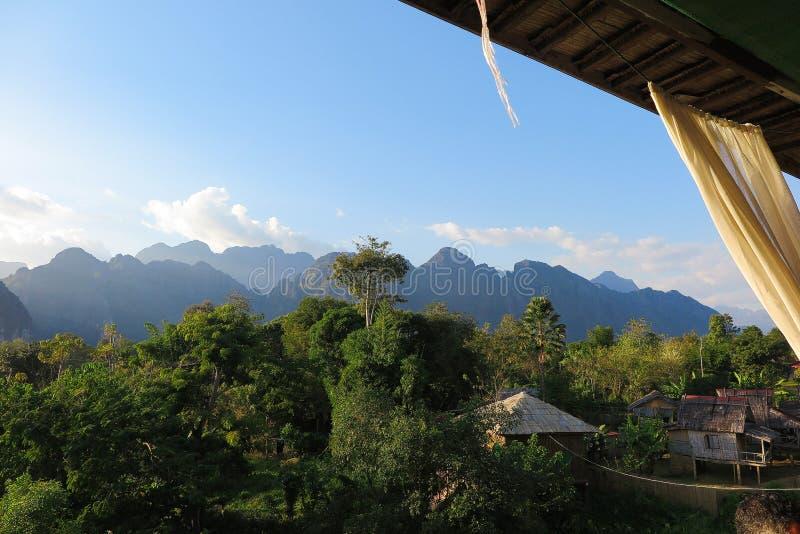 La visión desde un restaurante en las colinas del karst ajardina a lo largo del río de Nam Song Xong, Vang Vieng, Laos imagen de archivo libre de regalías