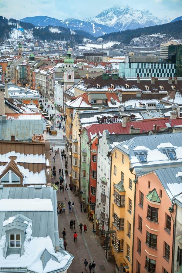 La visión en la calle de Herzog-Friedrich del top de Stadtturm, Innsbruck fotografía de archivo libre de regalías