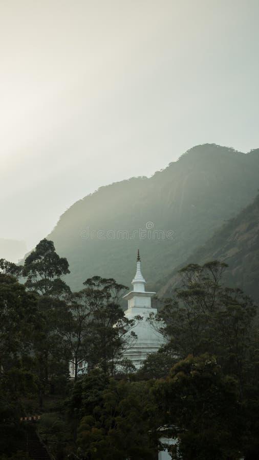 La visión encima del pico del ` s de Adán de la montaña en el templo de Buda de la puesta del sol Sri Lanka imagenes de archivo
