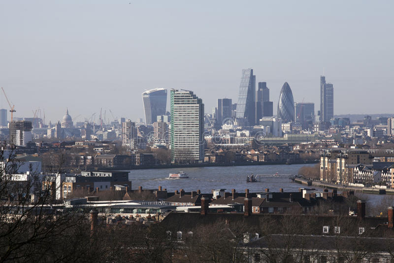 La visión magnífica desde las vistas que admiten del observatorio de Greenwich tales como Docklands y ciudad en Londres foto de archivo libre de regalías