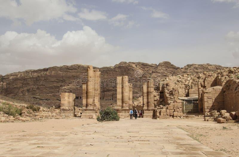 La visión panorámica arruina de las grandes puertas del templo en la ciudad antigua del reino de Nabataean del árabe del Petra jo fotografía de archivo libre de regalías