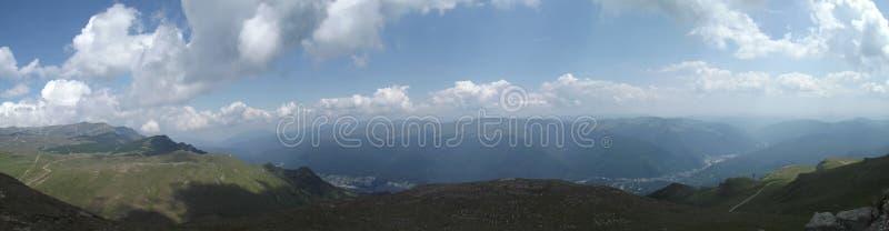 La visión panorámica desde arriba de las montañas de Bucegi y, en la distancia, del valle de Prahova fotos de archivo libres de regalías