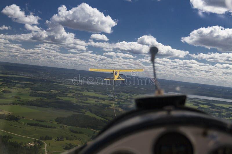 La visión por dentro de un planeador como está siendo remolcado por otro avión fotos de archivo