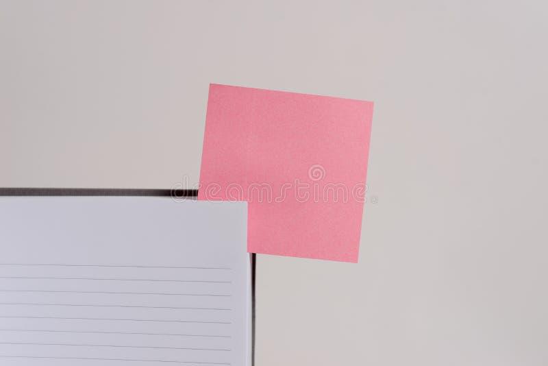 La visi?n superior rayada aline? color duro del espacio en blanco del cuaderno de cubierta que la nota pegajosa insert? el fondo  imagen de archivo libre de regalías