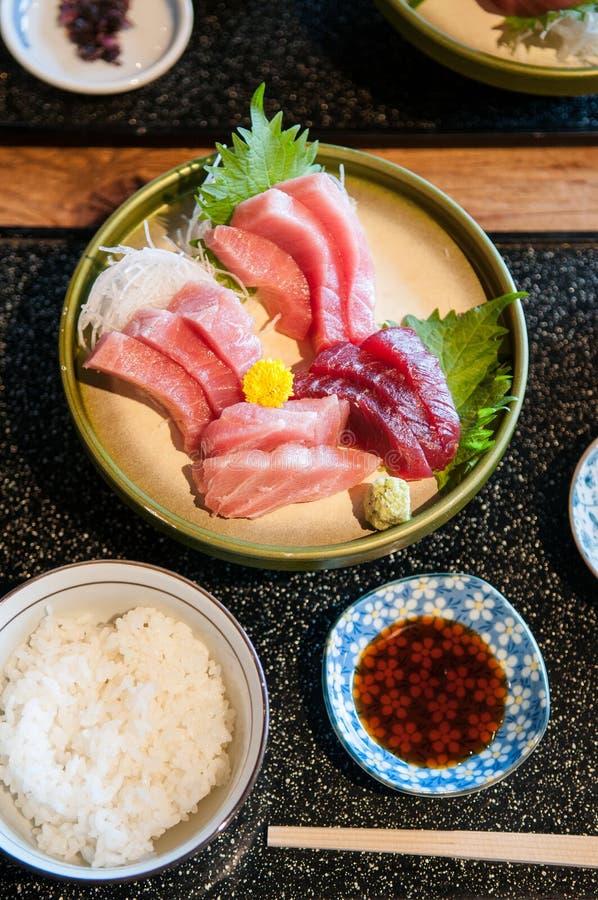 La visión superior tiró de los salmones frescos, atún, Toro, maguro, sashimi del otoro imagen de archivo