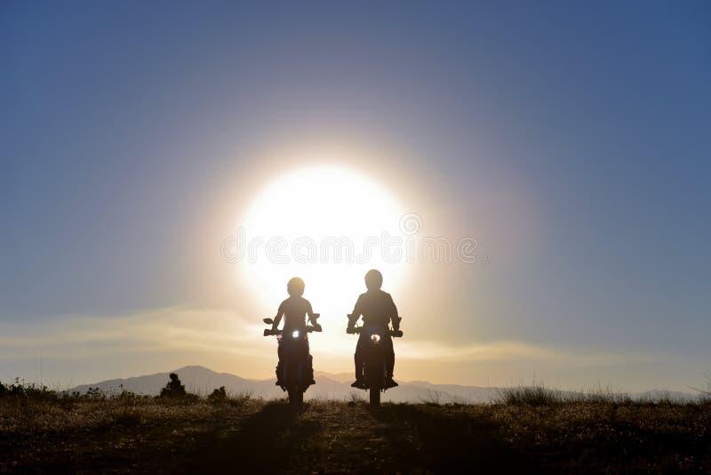 La visite de moto, conduisant le plaisir, amitié et longue route risquent photos stock