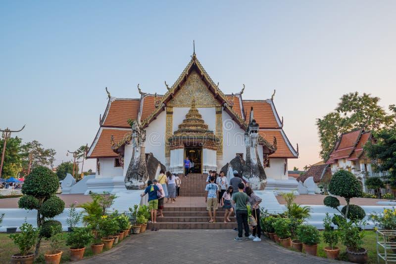 La visite Wat Phu Min, un de touristes des temples les plus célèbres je image libre de droits
