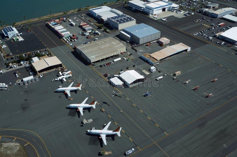 La vista aérea de aviones, de helicópteros, y de coches parqueó por los edificios foto de archivo