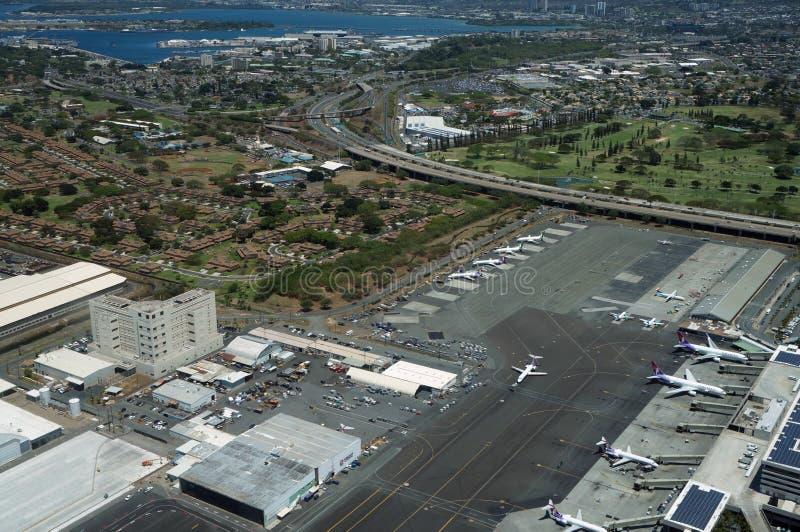 La vista aérea de aviones, de helicópteros, y de coches parqueó por los edificios fotos de archivo libres de regalías