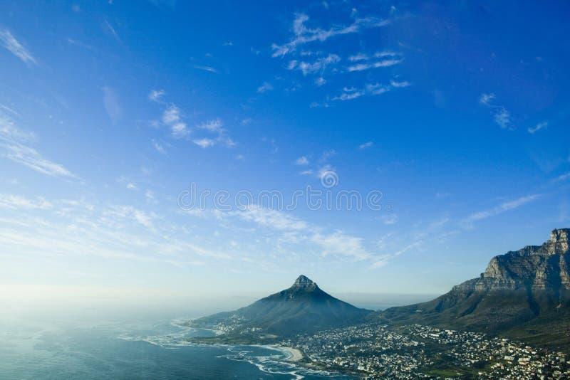 La vista aérea de la bahía de los campos, leones dirige y presenta la montaña Ciudad del Cabo, Suráfrica fotos de archivo
