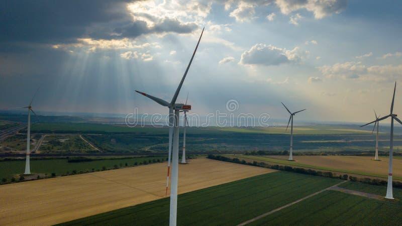 La vista aérea de las turbinas de viento coloca el landsc del área industrial de la energía foto de archivo libre de regalías