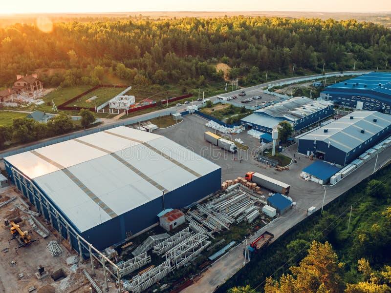 La vista aérea de los almacenamientos del almacén o fábrica industrial o la logística se centra desde arriba Vista aérea de edifi foto de archivo libre de regalías