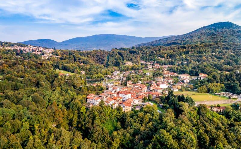 La vista aérea de los di Varese de Ferrera, es un pequeño pueblo situado en las colinas al norte de Varese imagen de archivo libre de regalías