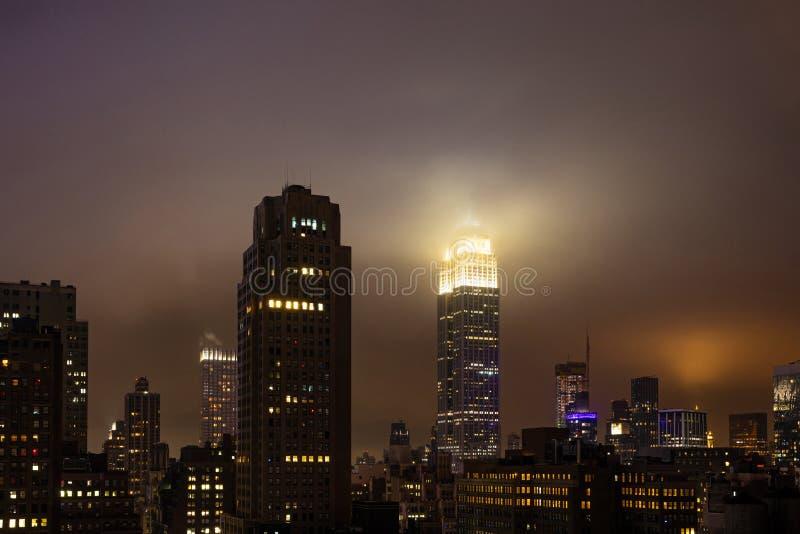 La vista aérea de Manhattan iluminó los rascacielos, New York City en la noche foto de archivo
