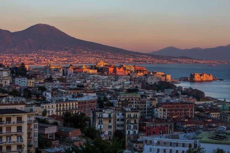 La vista aérea de Nápoles con el castillo y Vesuvio montan fotos de archivo libres de regalías