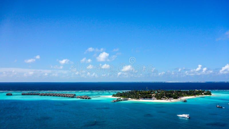 La vista aérea de la playa blanca de la arena de la isla y la laguna azul en Maldivas recurren fotos de archivo libres de regalías