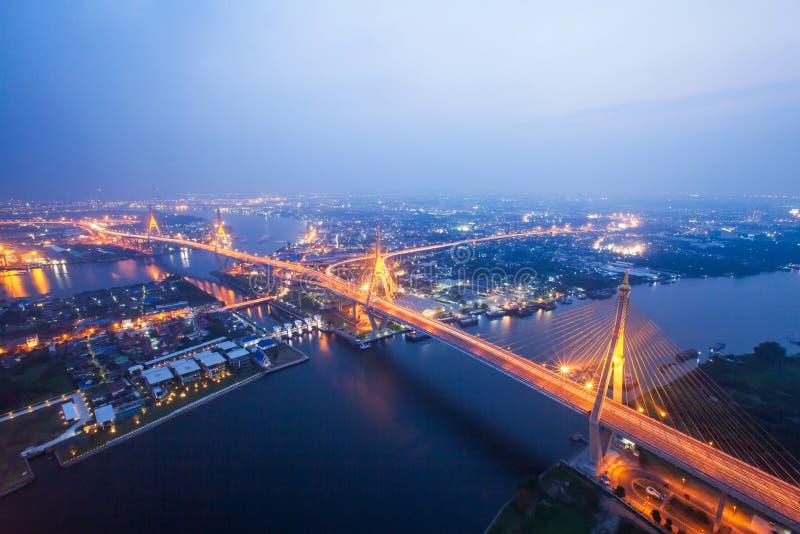 La vista aérea de puentes colgantes de Bhumibol y las carreteras intercambian sobre Chao Phraya River en la oscuridad Samut Praka fotografía de archivo libre de regalías