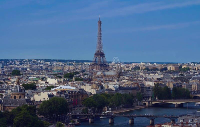 La vista aérea de la torre Eiffel famosa y del paisaje parisiense fotografía de archivo libre de regalías