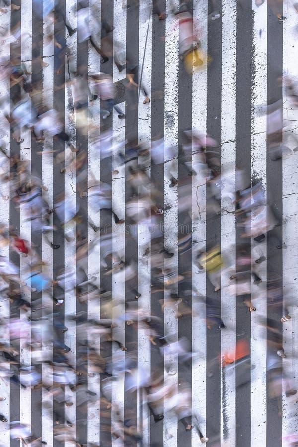 La vista aérea de un paso peatonal japonés en Tokio pintó con las rayas blancas en el asfalto negro usado por el tráfico de coche fotografía de archivo libre de regalías