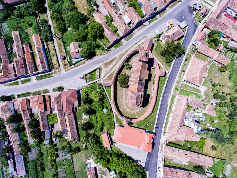 La vista aérea de Valea Viilor fortificó la iglesia sajona en Transylvan imagen de archivo libre de regalías