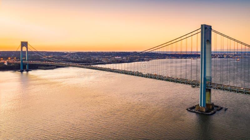 La vista aérea de Verrazzano estrecha el puente en la puesta del sol imagenes de archivo
