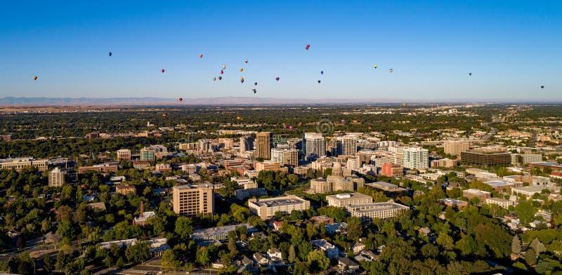 La vista aérea del aire caliente hincha sobre Boise Idaho con el cielo azul a fotografía de archivo libre de regalías