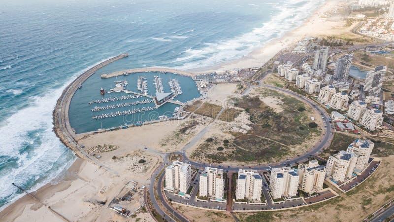 la vista aérea del círculo arregló casas y el puerto en costa de mar imagenes de archivo