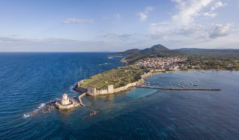 La vista aérea del castillo de Methoni y el Bourtzi se elevan en el cabo meridional de Peloponeso imagenes de archivo