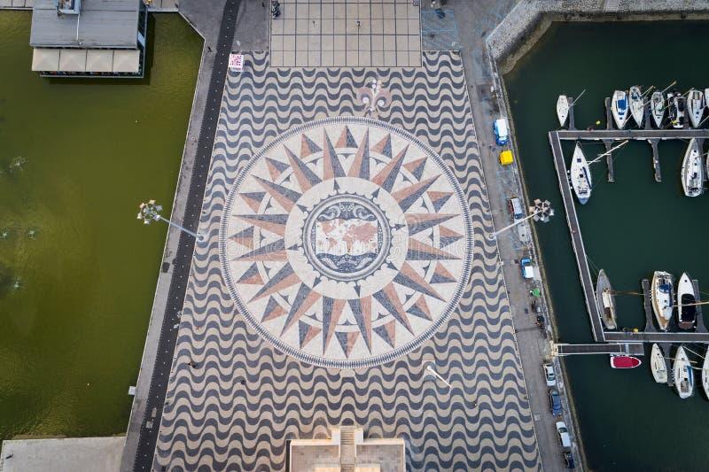 La vista aérea del mosaico de mármol con el compasse subió en el pie del monumento a los descubrimientos en la ciudad de Lisboa imagen de archivo