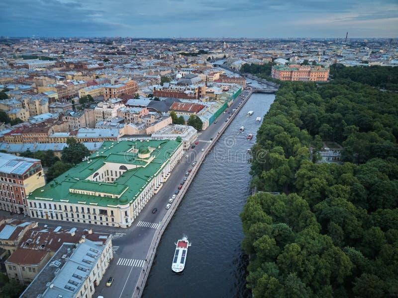 La vista aérea del río de Fontanka y el verano cultivan un huerto, St Petersburg fotografía de archivo libre de regalías
