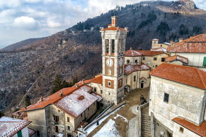 La vista aérea del Sacro Monte de Varese, es un soporte sagrado es un patrimonio mundial histórico del sitio y de la UNESCO del p fotografía de archivo libre de regalías