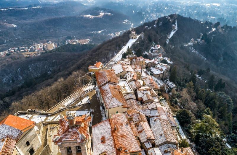La vista aérea del Sacro Monte de Varese, es un soporte sagrado es un patrimonio mundial histórico del sitio y de la UNESCO del p fotos de archivo libres de regalías