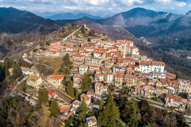 La vista aérea del Sacro Monte de Varese, es un soporte sagrado es un patrimonio mundial histórico del sitio y de la UNESCO del p fotografía de archivo