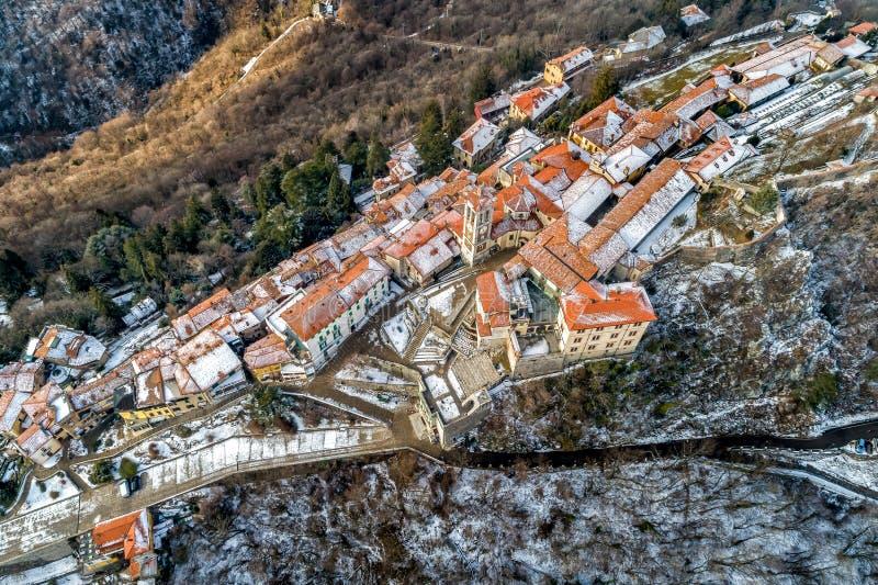 La vista aérea del Sacro Monte de Varese, es un soporte sagrado es un patrimonio mundial histórico del sitio y de la UNESCO del p foto de archivo