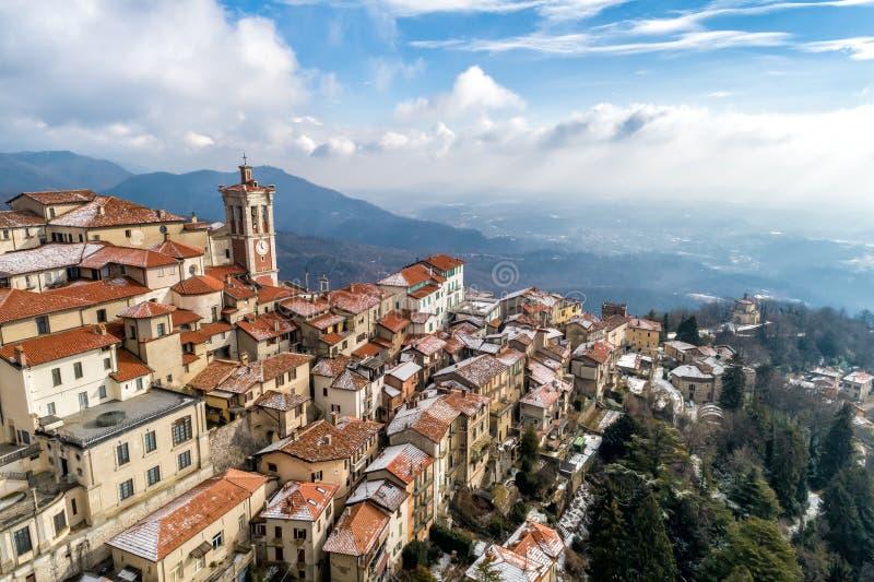 La vista aérea del Sacro Monte de Varese, es un soporte sagrado es un patrimonio mundial histórico del sitio y de la UNESCO del p fotos de archivo