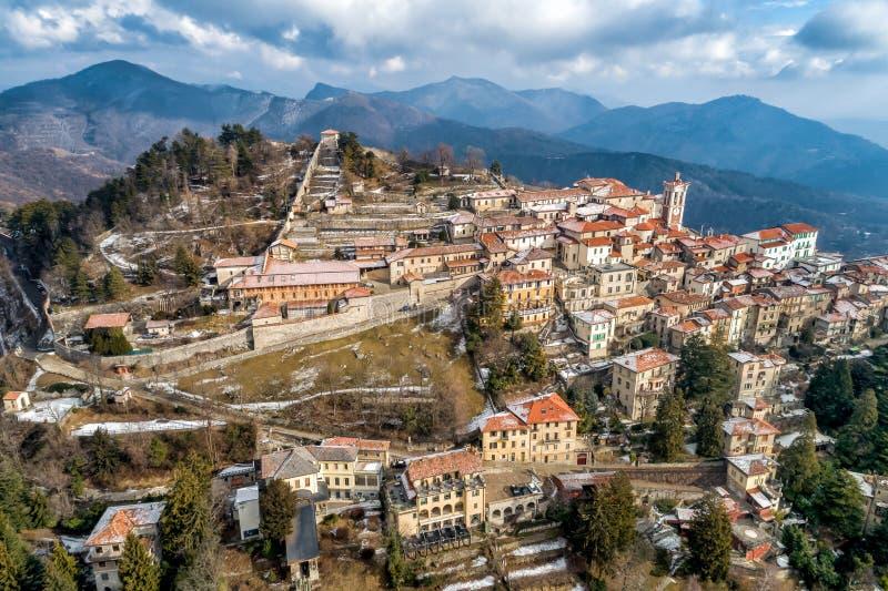 La vista aérea del Sacro Monte de Varese, es un soporte sagrado es un patrimonio mundial histórico del sitio y de la UNESCO del p imagenes de archivo
