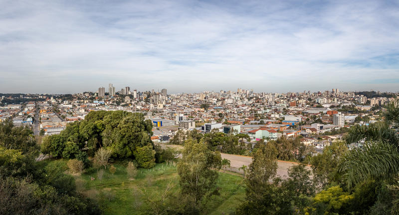 La vista aérea panorámica de Caxias hace la ciudad de Sul - Caxias hace Sul, Río Grande del Sur, el Brasil foto de archivo libre de regalías
