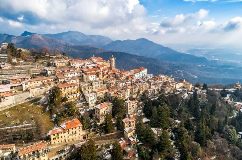 La vista aerea del Sacro Monte di Varese, è un supporto sacro è un patrimonio mondiale storico del sito e dell'Unesco di pellegri immagini stock